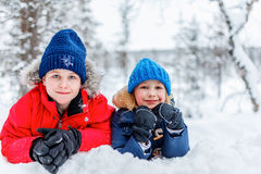 户外孩子在冬天 库存照片