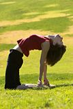 户外实践的女子瑜伽 库存照片