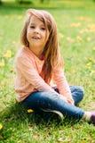 户外小女孩与长的头发 免版税库存照片