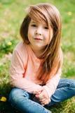 户外小女孩与长的头发 免版税图库摄影