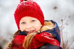 户外小女孩在冬天 免版税库存图片
