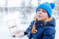 户外小女孩在冬天 库存照片