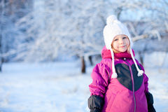 户外小女孩在冬日 免版税库存照片