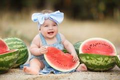 户外小女孩用红色西瓜 库存照片