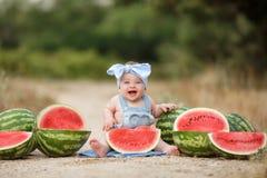 户外小女孩用红色西瓜 库存图片