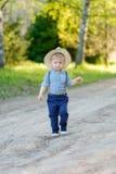 户外小孩孩子 与一个岁男婴的农村场面有草帽的 库存照片