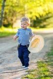 户外小孩孩子 与一个岁男婴的农村场面有草帽的 免版税库存图片