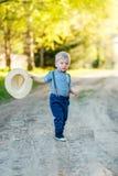 户外小孩孩子 与一个岁男婴的农村场面有草帽的 库存图片