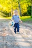 户外小孩孩子 与一个岁男婴的农村场面有草帽的 免版税图库摄影