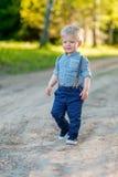 户外小孩孩子 与一个岁男婴的农村场面 库存照片