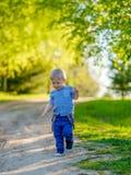 户外小孩孩子 与一个岁男婴的农村场面 免版税库存图片