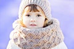 户外小逗人喜爱的小孩女孩在一个晴朗的冬日 免版税图库摄影