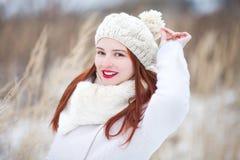 户外小逗人喜爱的小孩女孩在一个晴朗的冬日 库存图片