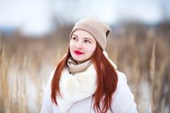 户外小逗人喜爱的小孩女孩在一个晴朗的冬日 免版税库存图片