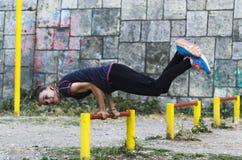 户外少妇锻炼 免版税图库摄影