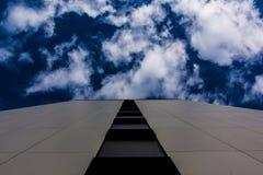 户外带领深蓝天和云彩的铺磁砖的墙壁特写镜头视图  库存照片