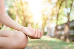 户外年轻亚洲女子瑜伽保留安静并且思考,当实践瑜伽探索内在和平时 库存照片