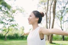 户外年轻亚洲女子瑜伽保留安静并且思考,当实践瑜伽探索内在和平时 免版税图库摄影