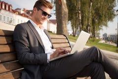 户外年轻商人工作职业生活方式 图库摄影