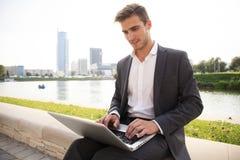 户外年轻商人工作职业生活方式 免版税库存照片