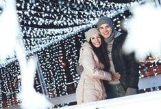 户外年轻夫妇在获得一个冬天的晚上乐趣 免版税图库摄影