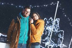 户外年轻夫妇在获得一个冬天的晚上乐趣 库存照片