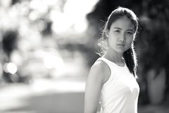 户外年轻美丽的亚裔女实业家在黑白 库存照片