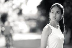 户外年轻美丽的亚裔女实业家在黑白 免版税库存照片