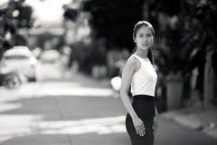 户外年轻美丽的亚裔女实业家在黑白 库存图片