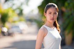 户外年轻美丽的亚裔女实业家 库存图片