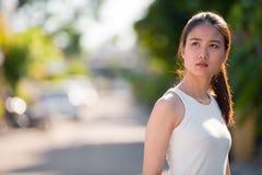 户外年轻美丽的亚裔女实业家 免版税库存图片