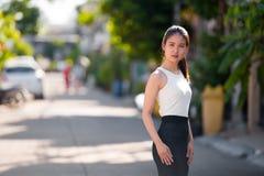 户外年轻美丽的亚裔女实业家 免版税库存照片