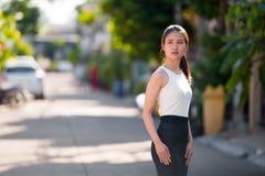 户外年轻美丽的亚裔女实业家 库存照片