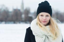 户外年轻美丽的白肤金发的妇女冬天画象  免版税库存图片