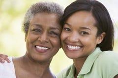 户外微笑二名妇女 免版税库存照片