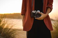 户外拍照妇女 免版税库存图片