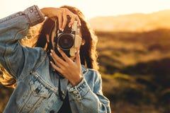 户外拍照妇女 免版税图库摄影