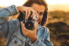 户外拍照妇女 库存图片