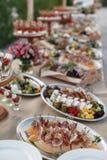 户外指叉桌用意大利开胃菜和新流程 免版税库存照片