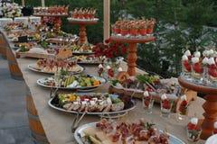 户外指叉桌用意大利开胃菜和新流程 免版税库存图片