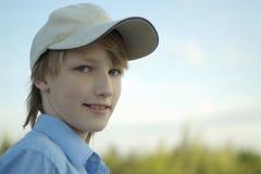 户外摆在年轻人的男孩 免版税库存图片