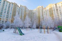 户外操场结构在冬天 免版税库存图片