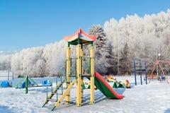 户外操场结构在冬天 免版税库存照片
