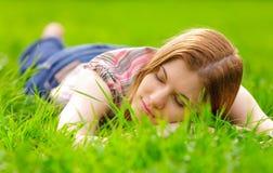 户外放松的妇女年轻人 图库摄影