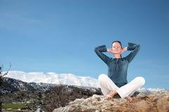 户外放松的妇女 免版税图库摄影