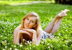 户外放松的微笑的妇女 免版税库存照片