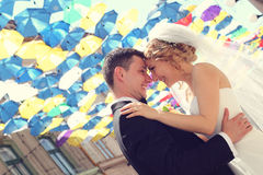 户外新郎和新娘在他们的婚礼之日 免版税库存图片