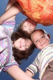 户外日朋友晴朗的三个年轻人 免版税库存图片