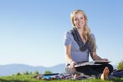 户外有吸引力的妇女读取 免版税图库摄影