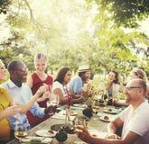 户外朋友使团结概念变冷的自然野餐 库存图片